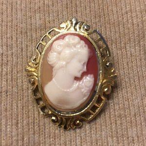 Teeny vintage cameo brooch 🌹